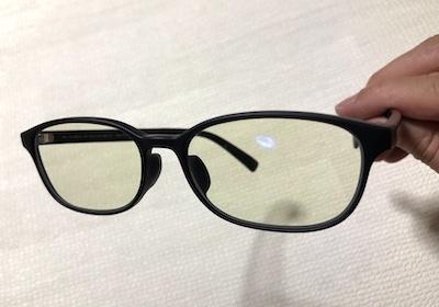 ブルーライトメガネ手で持つ