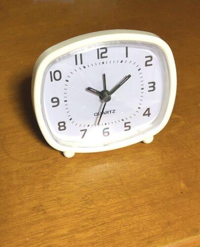 100均ダイソー目覚まし時計をデスクに置く